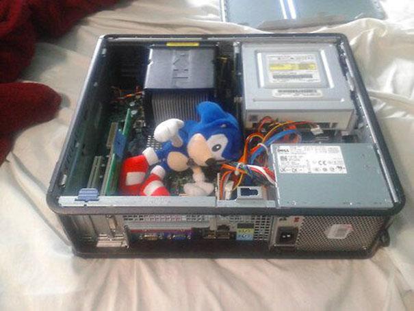 criança colocou um boneco do sonic dentro do computador