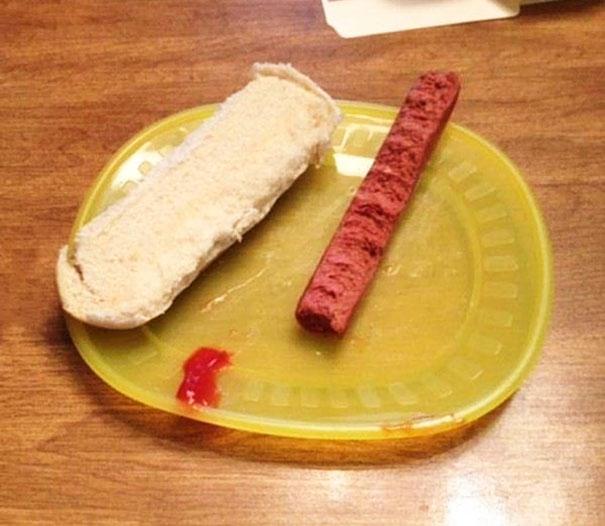 Ele comeu metade da salsicha e metade do pão, conforme orientação