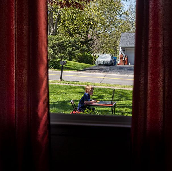 ele levou o computador e foi jogar no lado de fora de casa, como disse a mãe...